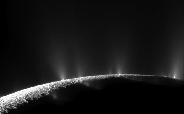 Iz preko 100 gejzira na Enceladusu izbijaju očaravajući mlazevi vode i pare