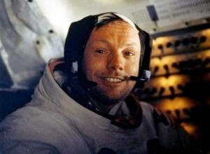 Armstrong u lunarnom modulu, po sletanju na Mesec