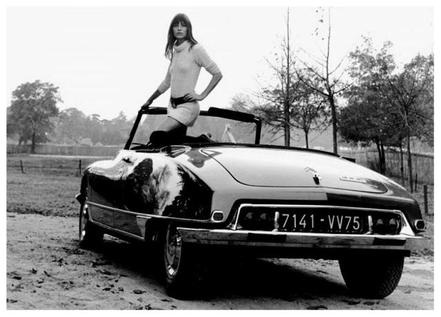 Francuska glumica Džejn Birkin u svom Citroenu DS, popularnoj 'Ajkuli', 1968.