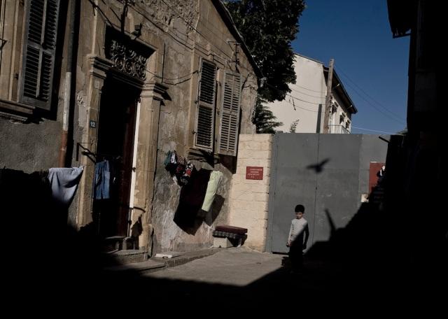 Zid koji deli  Lefkozu, severni deo Nikozije u posedu Turske Republike Severni Kipar, od ostatka kiparske prestonice, Nikozije, 2008.