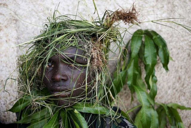 Maska od trave na protestantu u Buđumburi, Burundi, 13. maj