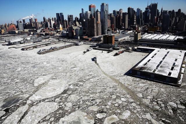 Sante plutaju rekom Hadson, Njujork, 20. februar. Zima u SAD bila je 2015. izuzetno oštra