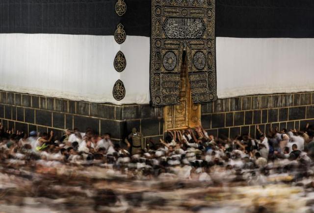 Muslimanski hodočasnici na hadžu u Meki, kruže na Taavafu oko Ćabe - svetog kamena (21. sept)