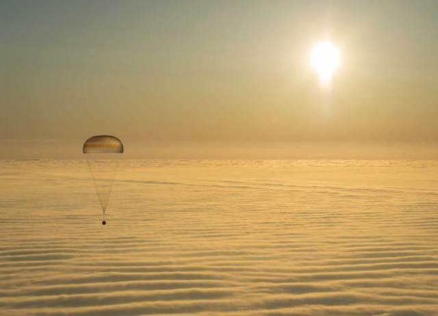 Sojuz TMA-14M sleće na Zemlju. Astronaut NASA Beri Vilmor, i Roskosmosa, Elena Serova i Aleksandar Samokutajev proveli su 6 meseci na Međunarodnoj svemirskoj stanici ISS (12 mart)