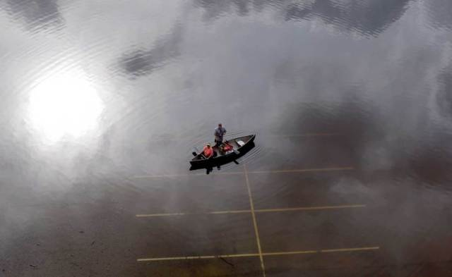 Ljudi u kanuu na poplavljenom parkingu blizu parka Bear Creek u Hjustonu. Teksas je na udaru poplava koje sa severa, rekom Kolorado, nadiru ka Meksičkom zalivu (30. maj)