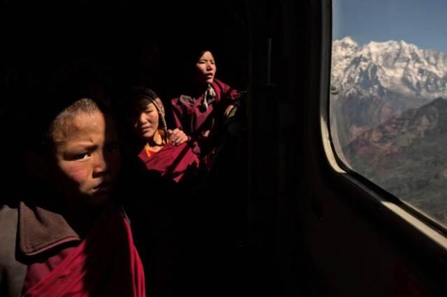 Mali budistički monah u helikopteru - evakuacija iz manastira na Himalajima usled nepalskog zemljotresa (2. maj)