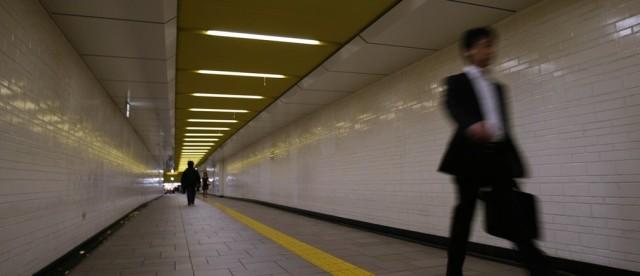 Biznismen u prolazu tokijskog metroa. Foto: REUTERS/Yuriko Nakao