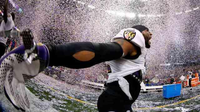 Super Bowl: ragbista Rej Luis u trijumfalnom raspoloženju. Foto: Hollywood Reporter