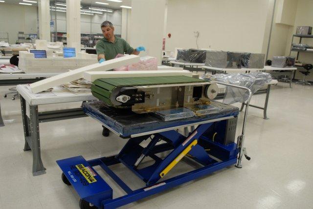 Pete Gauthier, inženjer za tehnologiju pakovanja za letnu kompaniju United Space Alliance, priprema pokretnu traku za džogiranje pre njenog lansiranja na Međunarodnu svemirsku stanicu. Foto: Jack Pfaller/NASA