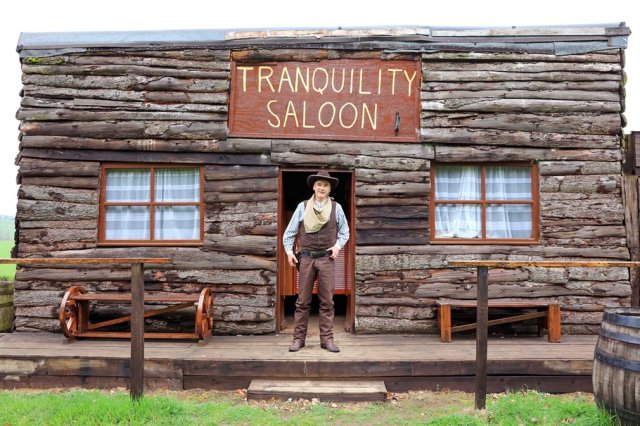 """Tranquility Saloon"" (Salun spokojstva). Alister Baranovski, Aberdinšir. Kategorija: Pab & Zabava"