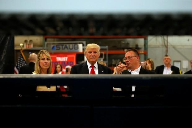 Trump u poseti proizvodnom pogonu Staub u Dejtonu, Ohajo, sept. 2016 (Jonathan Ernst/Reuters)