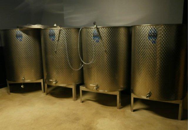 Tankovi za fermentaciju u podrumu vinarije Les Vignerons Parisiens