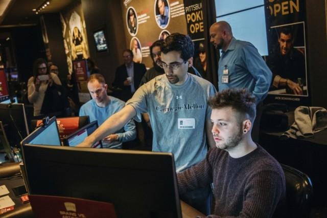 Doktorand računarstva Noam Braun (u centru) pomaže profesionalnom pokerašu Danijelu Mekoliju da započne meč protiv Libratusa, softvera za veštačku inteligenciju (Kasino Rivers, Pitsburg)