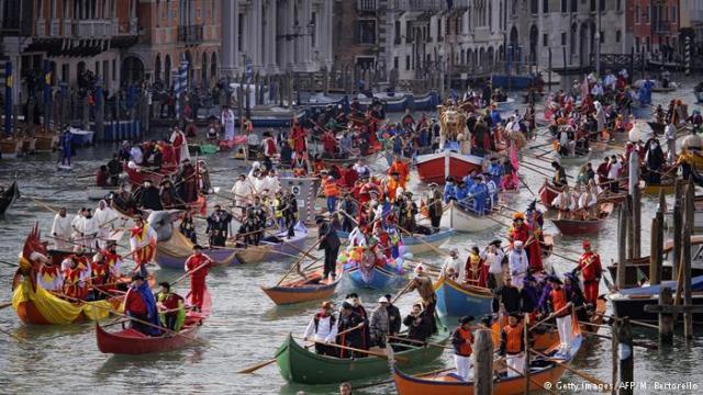 Karnevalska fešta proslavlja se na venecijanskim gondolama