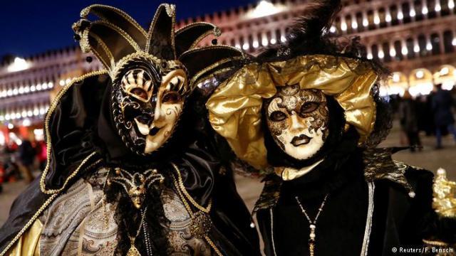 Maske, takođe, poništavaju razlike u staležima. Ova funkcija se zadržala sve do danas
