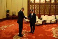 The Chairman of the Standing Committee of the National People's Congress H.E. Zhang Dejiang 张德江 is greeting Mr. Pavle Basic 帕夫莱·巴西期.