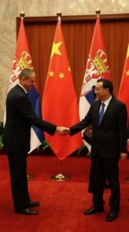 The Prime Minister of the People's Republic of China H.E. Li Keqiang 李克强 is greeting Mr. Pavle Basic 帕夫莱·巴西期.