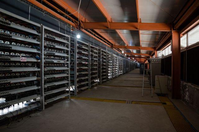 """Stalaže s mašinama koje procesiraju """"kopanje"""" kripto-valute Lajtkoin"""