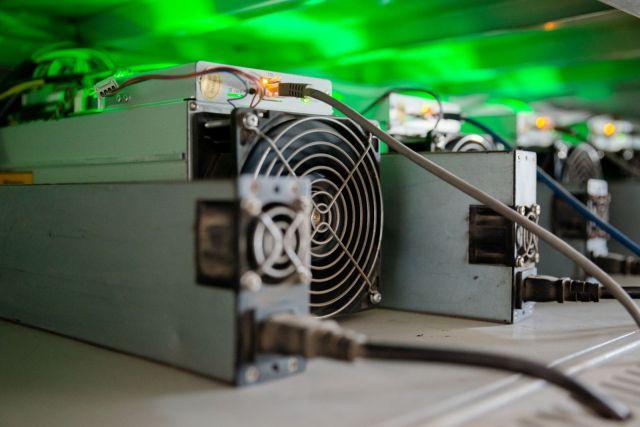 Mašina za kopanje bitkoina sa UPS baterijom na stalaži