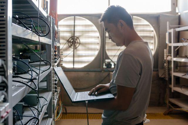 Zaposleni nadgleda operativni status mašina