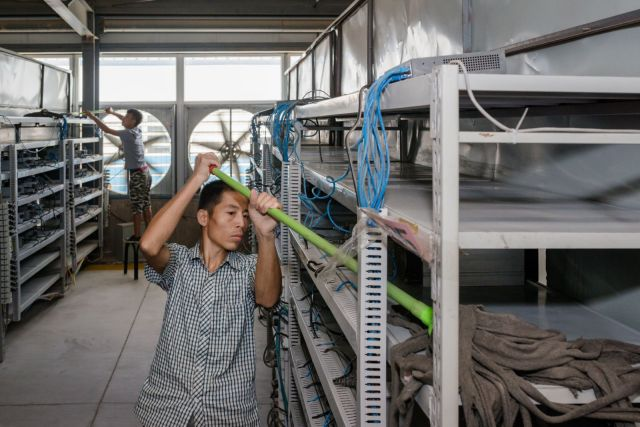 """Radnici čiste stalaže na kojima su """"rudarski računari"""""""