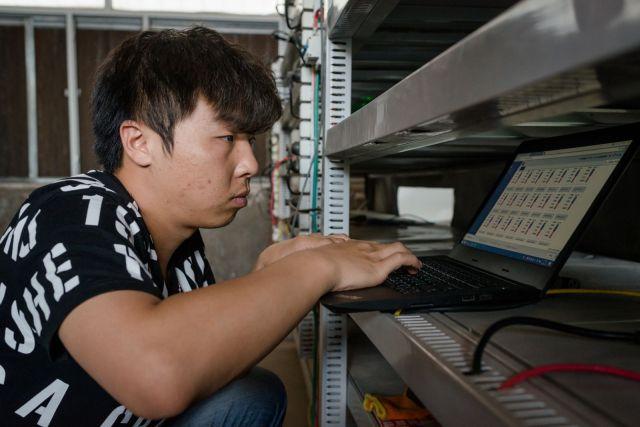 Radnik nadgleda rad računara