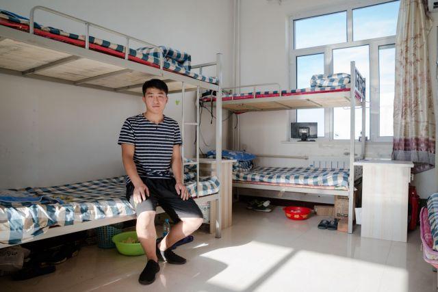 Hu Đije (24), friški diplomac koledža deli spavaonicu sa još 7 zaposlenih.
