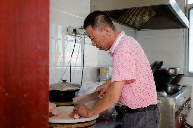 Kuvar priprema obrok u kuhinji glavne zgrade