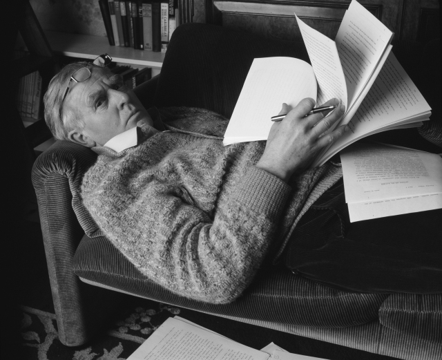 """Džon Le Kare (pravo ime Dejvid Kornvel), sa rukopisom knjige """"Savršeni špijun"""" (oko1985.)"""