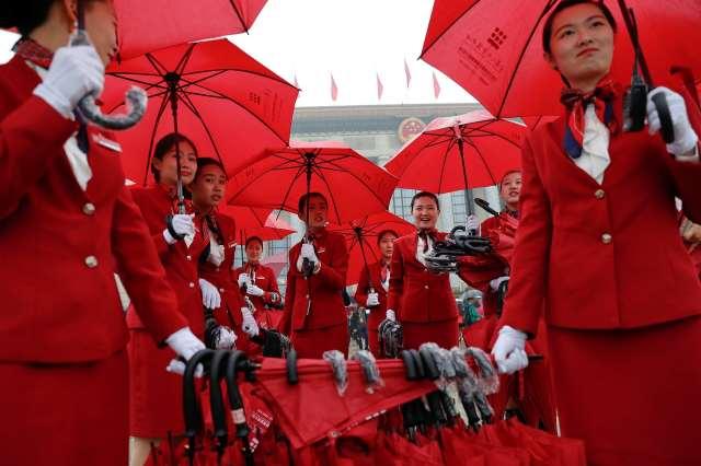 Razvodnice su nudile kišobrane delegatima koji su dolazili na 19. Kongres KPK