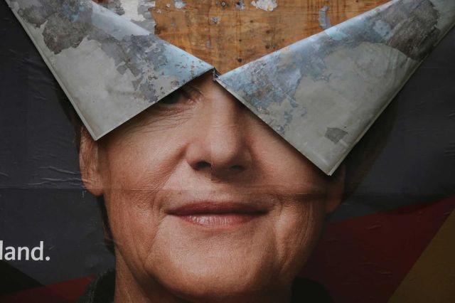 Izborni plakat Merkelove 30. septembra, nakon izbora i nakon velikih pljuskova (Wolfgang Rattay/Reuters)
