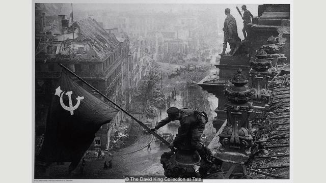 Jevgenij Kaldej izvršio je manipulaciju svoje fotografije na kojoj sovjetski vojnik kači crvenu zastavu na Rajhstag (1945), stavljajući u drugi plan pljačke tokom pohoda na Berlin (Dejvid King, kolekcija muzeja Tejt, London)