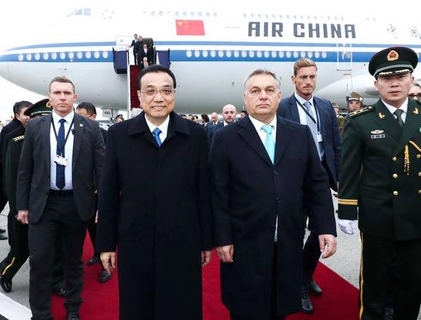 Kineskog premijera je na aerodromu dočekao mađarski premijer Viktor Orban. Li Kećjang doputovao je u Budimpeštu na šesti samit Kine i zemalja CEEC-a (Foto: Xinhua)