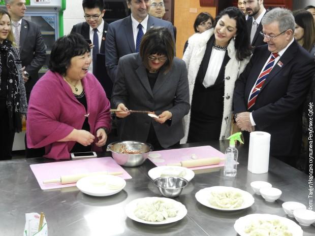 Maja Gojković u šangajskom Centru za žene i decu