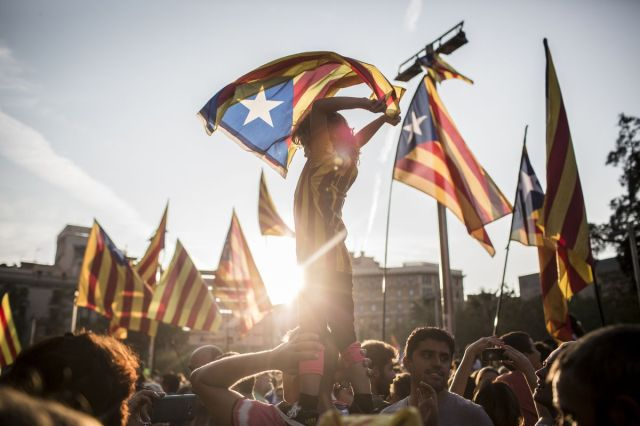 Zagovornici katalonske nezavisnosti protestuju u Barseloni protiv policijske primene sile, 3. oktobar (Angel Garcia/Bloomberg)