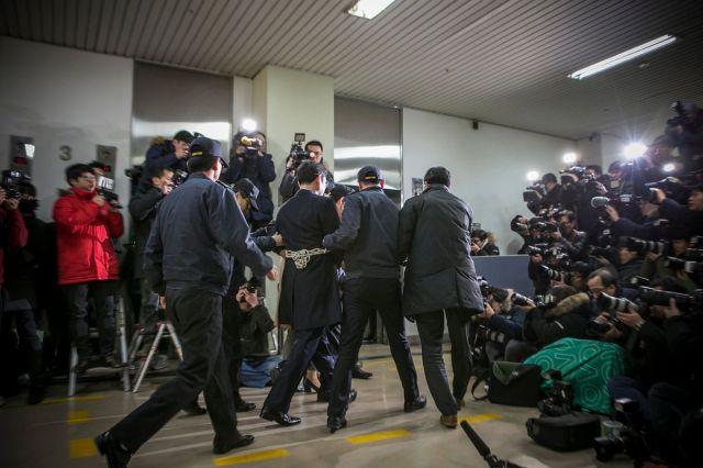 Potpredsednik Samsunga Džej Li u pratnji policije u Specijalnom tužilaštvu u Seulu, 18. februar (Jean Chung/Bloomberg)