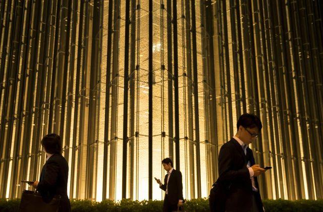 Pešaci ispred sedišta kompanije Mizuho Financial Group Inc. 21. aprila u Tokiju (Tomohiro Ohsumi/Bloomberg)