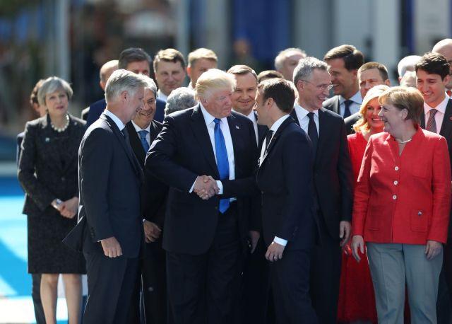 Tramp se rukuje s Makronom, uz ostale svetske lidere na samitu NATO-a u Briselu 25. maj (Jasper Juinen/Bloomberg)