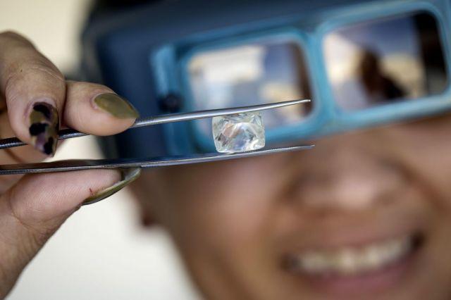 Neobrađeni dijamant u centru za obradu i procenu dijamanata u Vindhuku, Namibija, 14. jun (Simon Dawson/Bloomberg)