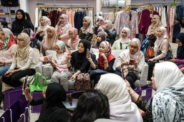 Posetiteljke modne revije u prodavnici FashionValet, Kuala Lumpur, 20. jun (Sanjit Das/Bloomberg)