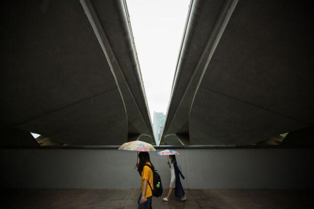 Prolaznici ispod mosta kod teatra Esplanada u Singapuru, 12. jul (Nicky Loh/Bloomberg)