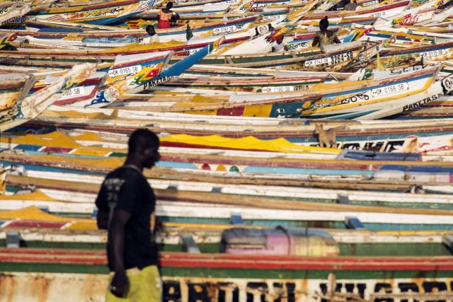 Stotine živopisno oslikanih ribarskih čamaca na ribarskoj pijaci Soumbedioune u Dakaru, Senegal, 28. jul (Xaume Olleros/Bloomberg)