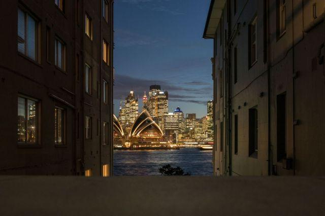 Zdanje Opere u Sidneju, osvetljene u sumrak 29. septembra (Cole Bennetts/Bloomberg)