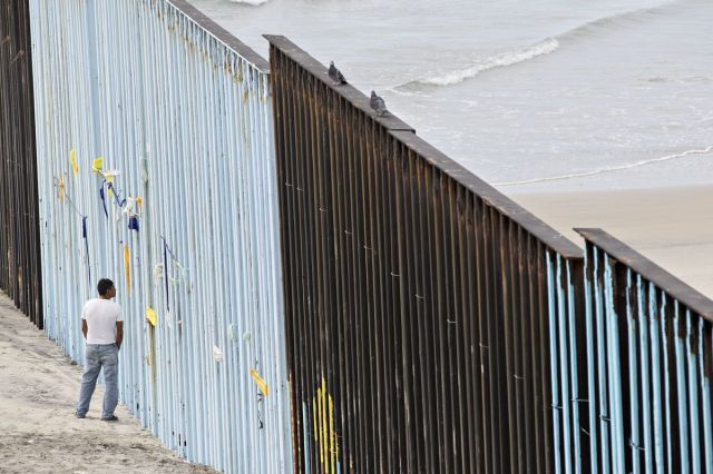 Čovek promatra kroz ogradu duž američko-meksičke granice u Tihuani, Meksiko, 31. oktobra (Daniel Acker/Bloomberg)