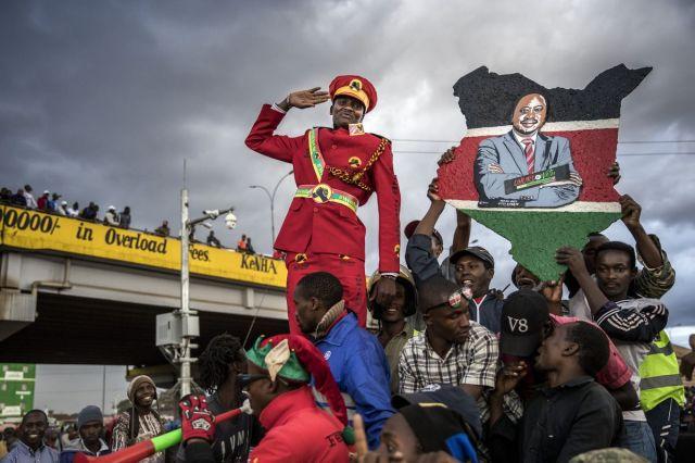 Podrška građana Kenije predsedniku Uhuri Kenjati, koji pozdravlja prisutne u Najrobiju, 23. oktobra (Luis Tato/Bloomberg)
