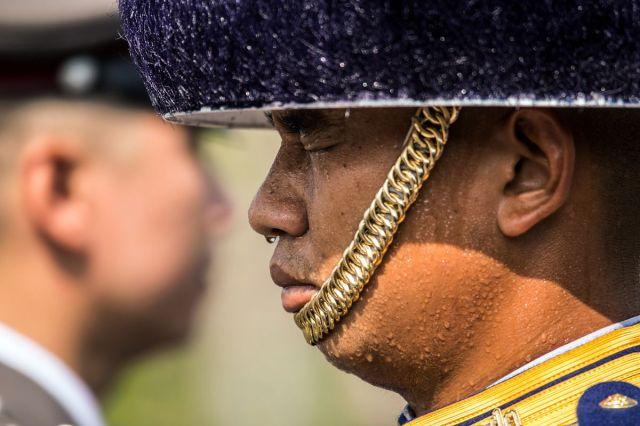 Znoj kaplje s nosa Kraljevskog gardiste tokom kremacije pokojnog kralja Bumibola Aduliadedž u Bangkoku 26. oktobra (Taylor Weidman/Bloomberg)