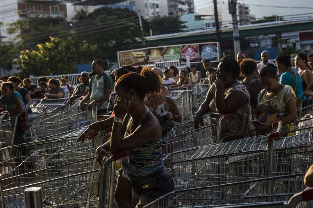Kupci u redu za ulazak u prodavnicu Supermercado Guanabara gde su u toku bili veliki popusti, Rio de Žaneiro, 20. oktobra (Dado Galdieri/Bloomberg)