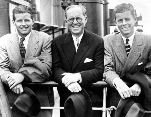 Otac Džozef Kenedi senior (u sredini) sa sinovima:Džozefom juniorom (levo) i Džonom (desno), kasnije američkim predsednikom (Engleska, jul 1938)