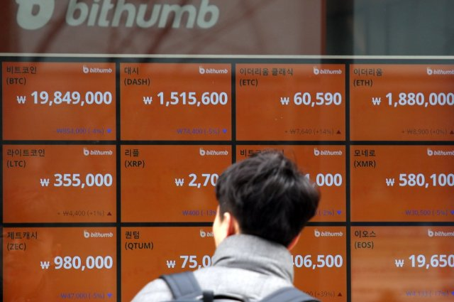 Klijent na elektronskoj tabli za razmenu kripto-valuta u Seulu prošlog meseca. Južna Koreja spada u one zemlje koje se bore protiv trgovine digitalnim valutama, što je dovelo do toga da cena bitkoina strmoglavo padne.