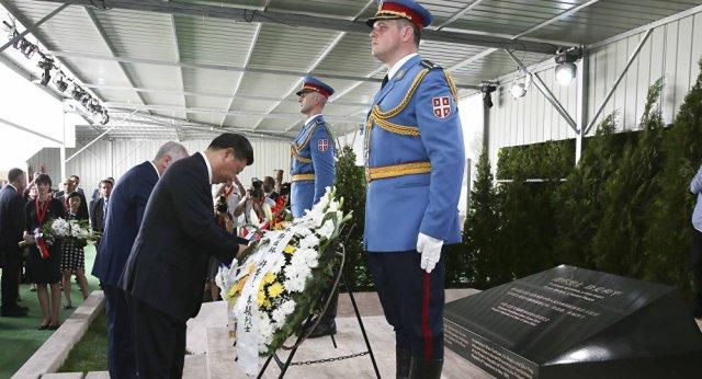 Kineski predsednik Si Đinping odaje počast Kinezima koji su poginuli prilikom NATO bombardovanja kineske ambasade u Beogradu 1999